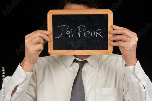 Homme tenant une ardoise devant son visage sur laquelle est écrit j'ai peur Canvas Print