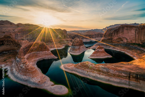 In de dag Diepbruine Reflection Canyon at sunrise (Utah)