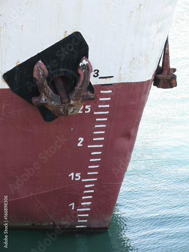 Fotografía  Waterline marked on the ship with draft scale numbering