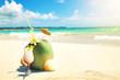 Cocktail mit Kokos am Strand