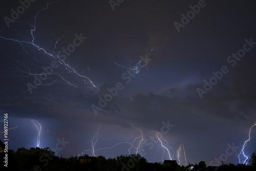 In de dag Onweer Thunder, lightning and storm in dark night sky