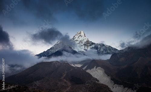 dramatyczny-widok-najpiekniejszej-gory-w-himalajach-mt-ama-dablam-6814m-po-zachodzie-slonca-nepal