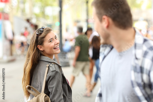 Photo  Girl in love meeting her crush on the street