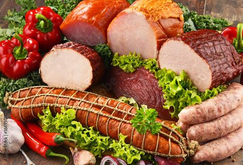 Plakat Różnorodne produkty mięsne, w tym szynki i kiełbasy