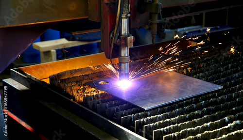 Fotografía  Industrial cnc plasma cutting of metal plate. Sparks fly. Closeup