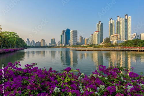 Photo  Cityscape of Benchakitti Park and modern city skyline with lights reflection at