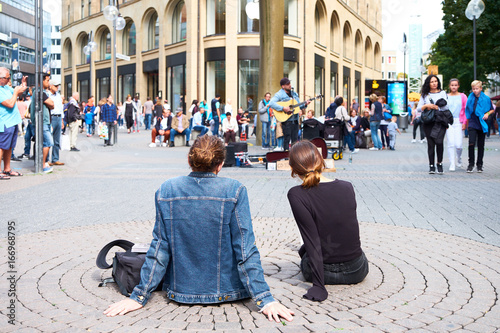 Street artists and spectators cathedral in cologne plate - Kologne / Nordreinwestfalien / Germany - August 5, 2017