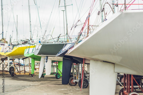 Spoed Foto op Canvas Natuur Sailboats on the pier in the yacht club
