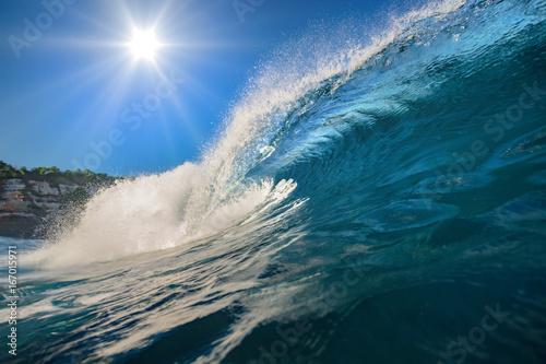 Plakat Fala surfingu. Błękitny oceaniczny grzebień. Woda morska z słońcem nad niebieskim niebem na backround. Nikt na obrazie