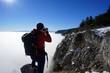 Mann fotografiert in Winterlandschaft
