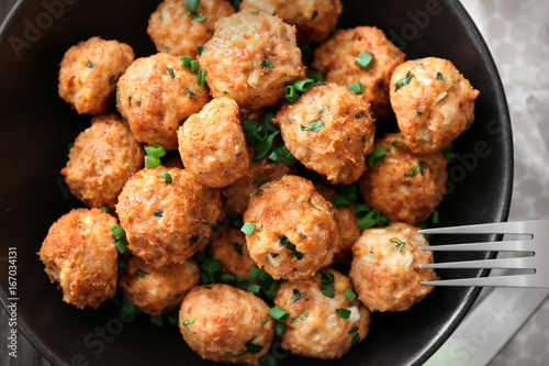 Fotografia Plate with delicious turkey meatballs on table, closeup