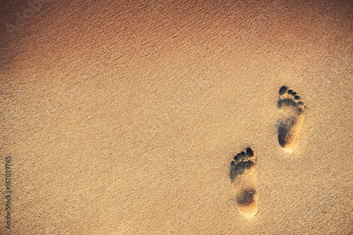 Footsteps on the beach over sand background Canvas-taulu