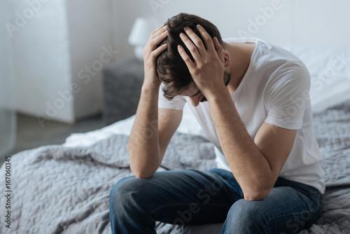 Photo  Unhappy handsome man feeling upset