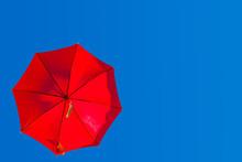 Parasol Rouge Sur Fond De Ciel...