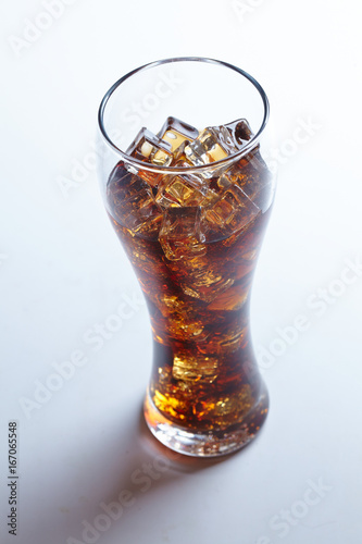 Foto  cola with ice cubes