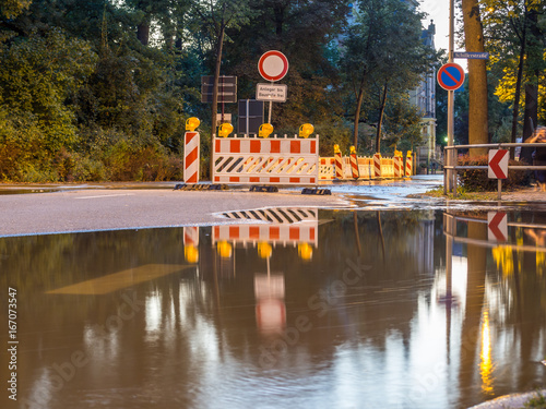 Plakat Droga jest zamknięta z powodu powodzi