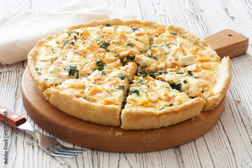 Pie ( quice) with salmon, spinach and soft cheese