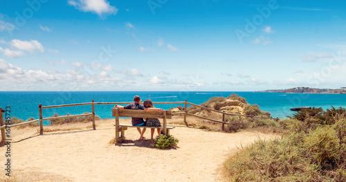 couple sur un banc face à l'océan