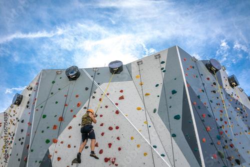 Foto op Plexiglas Alpinisme Mann seilt sich ab auf Kletterwand - Bergsteigen üben