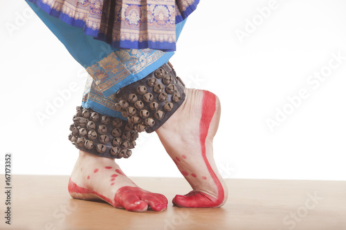 Photo Traditional dancer's feet performing Bharatanatyam over white background
