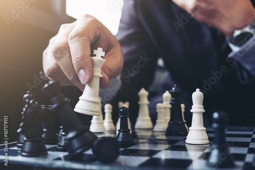 Foto Close up of hands confident businessman colleagues playing chess game to development analysis new strategy plan, leader and teamwork concept for success