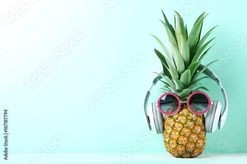 Magasin de musique Ripe pineapple with sunglasses and headphones on mint background