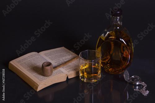 Fotografie, Obraz  Taschenuhr, buch, Tabakpfeife Und alkoholisches getränk, Flasche