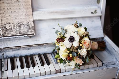 Zdjęcie XXL Bukiet ślubny na pianinie