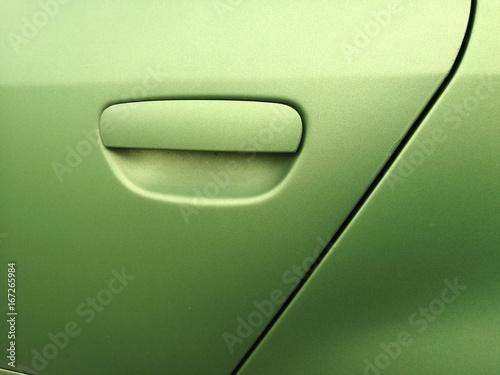 Türgriff einer Autotür mit hellgrüner Lackierung in Metallic seidenmatt eines sp Poster