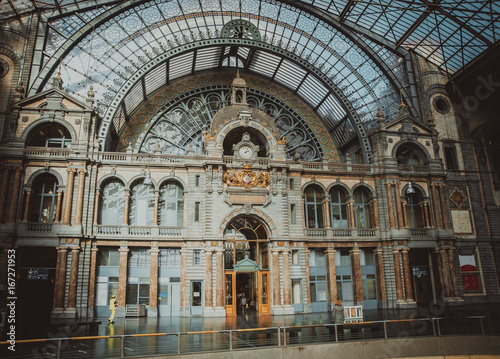 Deurstickers Antwerpen ANTWERP, BELGIUM - FEB 24: Symmetrical composition of the main hall of the famous Antwerp Railway train station, also known as the cathedral amongst stations on February 24, 2017 in Antwerp, Belgium