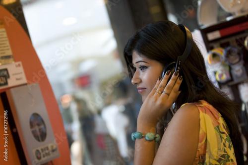 Spoed Foto op Canvas Muziekwinkel Woman listening to music