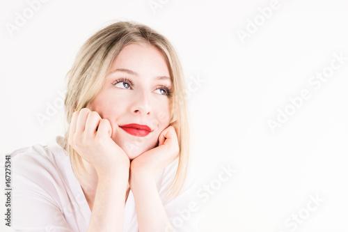 Photographie  Glückliche junge Frau träumt vor sich hin/ Freisteller