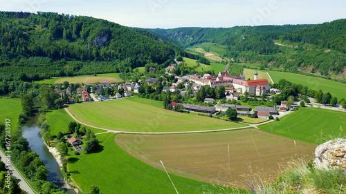 Poster Olive weite Aussicht vom Berg auf Kloster Beuron im oberen Donautal