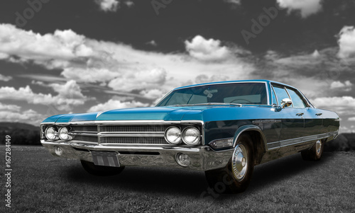 Photo Colorful classic old car - on black and white background