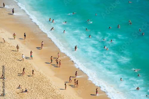 Zdjęcie XXL Zatłoczona plaża oceanu. Widok z lotu ptaka