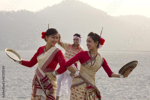 Photo Bihu women dancing with brass plates