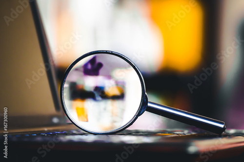 Canvas Print Magnifying glass on laptop keyboard
