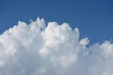 青空と雲「空想・雲のモンスターたち(天空を無数のモンスターが見上げるイメージ)」大勢で待つ、皆の未来、夢、可能性などのイメージ