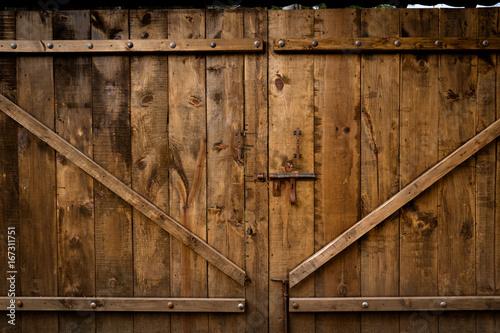 Puerta vieja de madera con cerradura