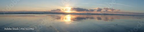 Papiers peints Vieux rose Nuages et coucher de soleil sur les bords de plages de l'océan
