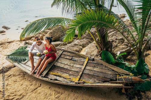 Fotografia  Couple on the shore of Paradise island