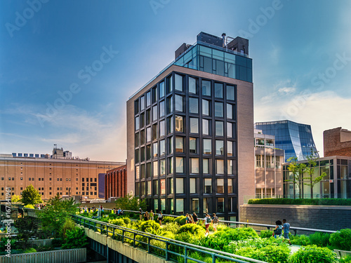 Fond de hotte en verre imprimé New York City The High Line Park in Manhattan New York. The urban park is popular by locals and tourists built on the elevated train tracks above Tenth Ave in New York City
