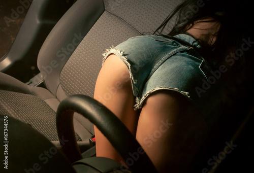 Zdjęcie XXL Seksowna brunetka jedzie samochód, w bieliźnie