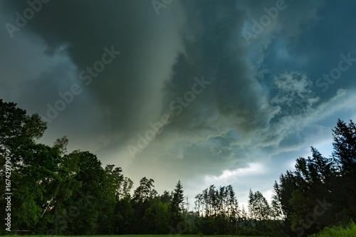 Zdjęcie XXL Scarry ciemne burzowe chmury nad lasem