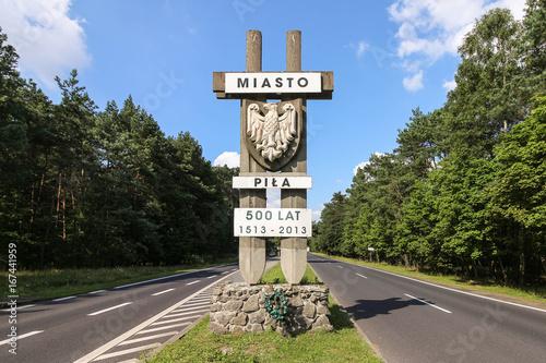 Fotografiet A monument marking the city of Pila, Poland