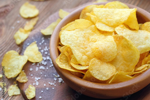 Fotografía  Potato chips in bowl. Fast food.