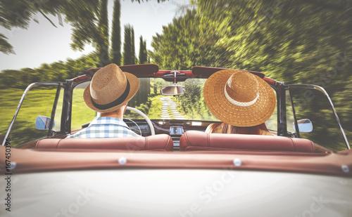 Zdjęcie XXL droga w Toskanii i dwoje kochanków w samochodzie retro