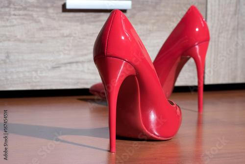Fotografía  Rote High Heels auf dem Boden