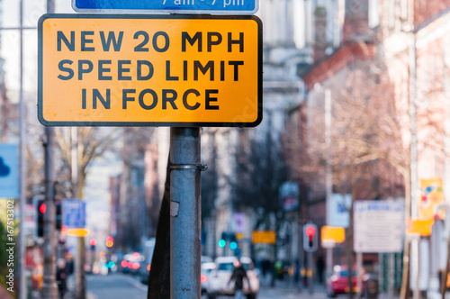 Fotografía  Road sign in a UK city centre warning motorists that a new 20 mile per hour spee