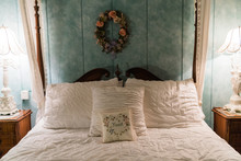 Cute Vintage Four Poster Bed A...